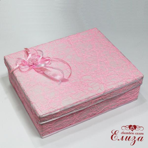 Кутия за дрехи в розово за кръщене